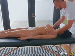 After relaxing knead Jolee Love got her cunt fucked away from a therapist