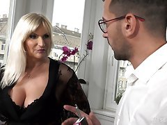 Dominate old munificent woman Anna Valentina gets initiate more young gigolo